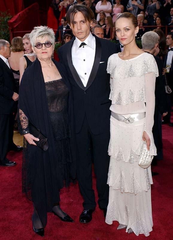 Johnny-Depp-avec-sa-mere-et-Vanessa-Paradis-aux-Oscars-2004_portrait_w858